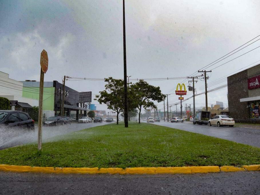 Avenida Mato Grosso na tarde desta terça-feira (dia 5), depois da pancada de chuva registrada hoje. (Foto: Kísie Ainoã).