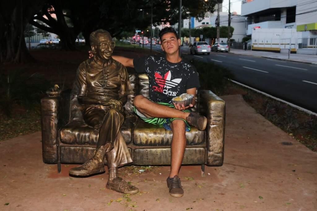 O último a passar por ali foi Norberto, que também resolveu dividir a refeição com Manoel (Foto: Kimberly Teodoro)