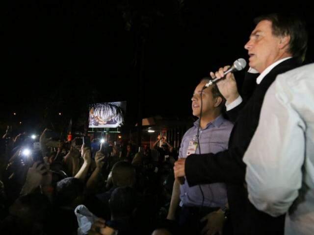 Ao lado do deputado estadual Coronel David, colega de partido, Bolsonaro discursou no Aeroporto (Foto: Alcides Neto)