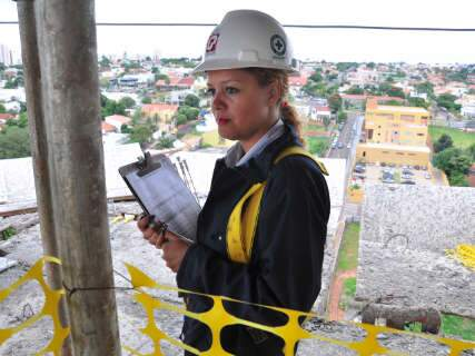 Baixo salário em função convencional leva as mulheres à construção civil