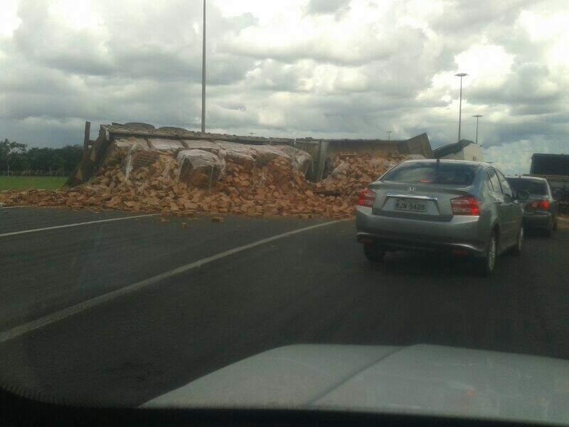 Carga ficou espalhada pela rodovia(Foto: Altair Junior).