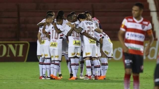 Jogadores do São Paulo concentrados em capo (Foto: Rubens Chiri/ SPFC)