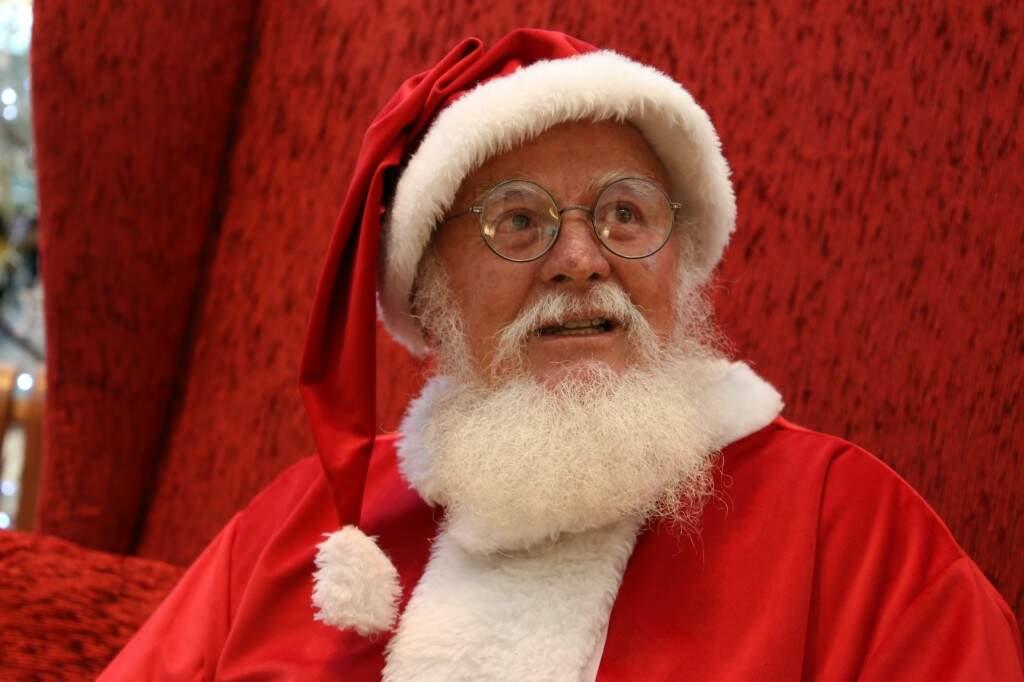 Josino trabalha 7 horas por dia como Papai Noel no Bosque dos Ipês. (Foto: Kísie Ainoã)