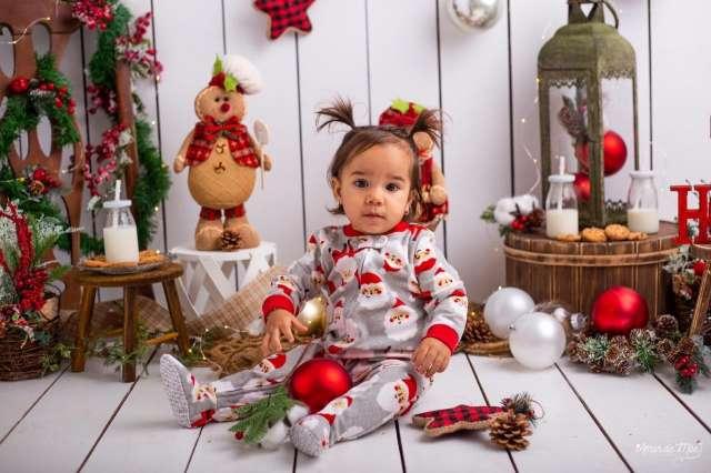 Entre luzes e enfeites, crianças posam para fotos e descobrem magia do Natal
