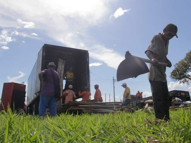 Morador começa a carpir lote onde construirá barraco em loteamento (Foto: Alan Nantes)