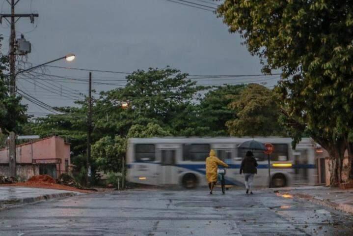 Chuva no começo da manhã pegou de surpresa moradores de Campo Grande. A foto foi registrada no Bairro Marcos Roberto, região sul da cidade (Foto: Henrique Kawaminami)