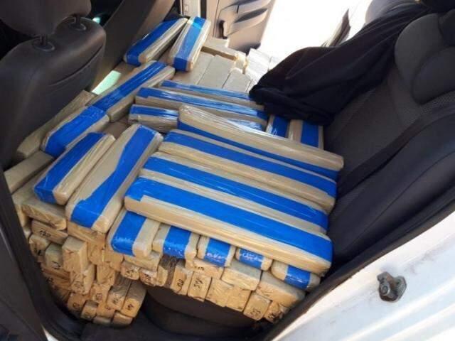 Tabletes de maconha sobre o banco do Fox conduzido por adolescente (Foto: Divulgação/PRF)