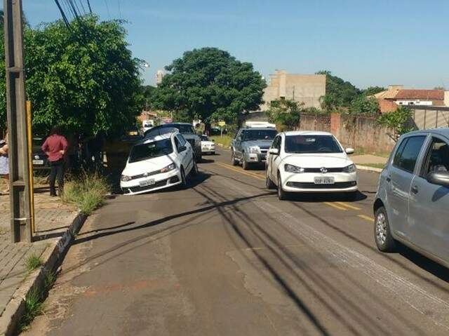 Carro caiu dentro de buraco na rua Vitório Zeolla, no bairro Carandá Bosque (Foto: Direto das Ruas)