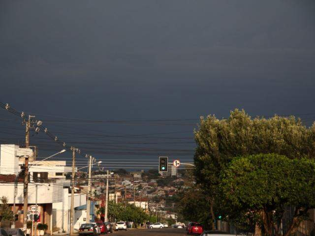 Tempo fechado ontem em Campo Grande anunciava a chegada do temporal (Foto: Marcos Ermínio)