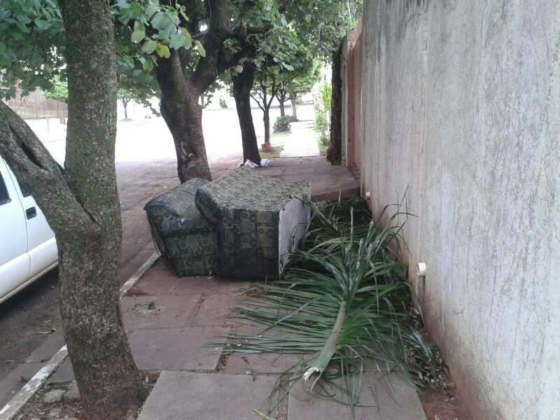 Conforme o leitor os móveis estão na calçada ha cerca de três dias.(Foto:Direto das Ruas).