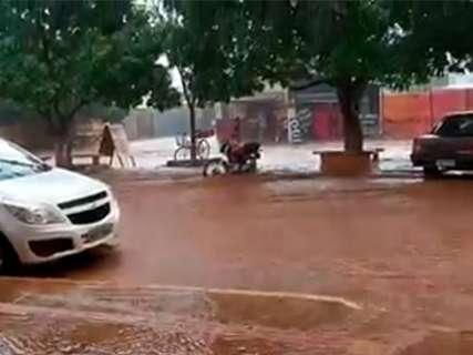 Chuva de quase uma hora deixa ruas embaixo d'água no Jardim Carioca