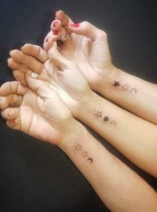 Minimalista, mas significativo, o desenho nos braços de mãe e filhas.