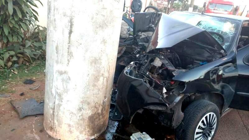 Veículo bateu se chocou em um poste e motorista e testemunha acredita que jovem tenha dormido no volante(Foto: Paulo Sakude)