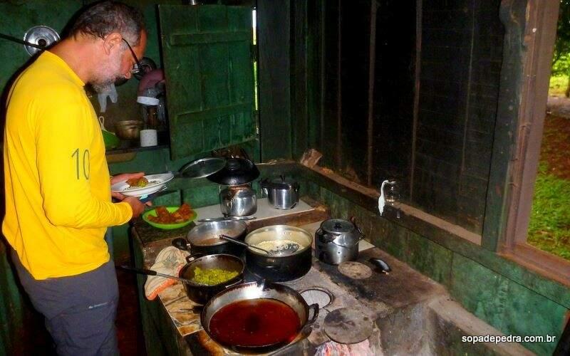 Pelo caminho, jantar no fogão à lenha. (Foto: Sopa de Pedra)