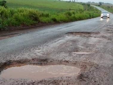 Chuvas têm danificado asfalto da rodovia MS-156, trecho que liga Amambai a Caarapó. (Foto: A Gazeta News)