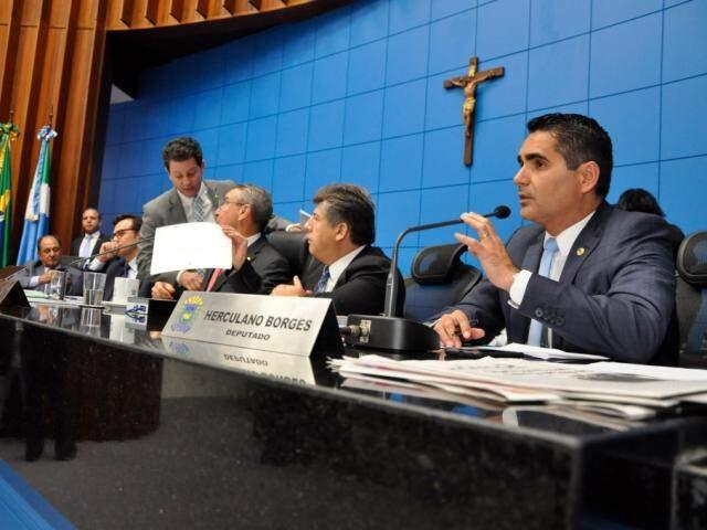 Mesa diretora da Assembleia durante sessão (Foto: Luciana Nassar/ALMS)