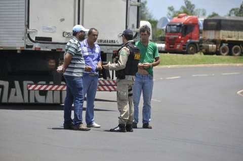 Após negociar com PRF, caminhoneiros liberam tráfego de carros, motos e ônibus