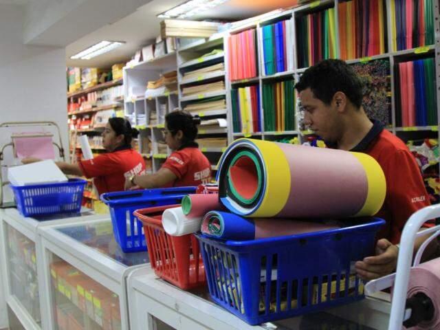 Funcionários extras auxiliam nas vendas de materiais escolares em papelarias (Foto: Marina Pacheco)