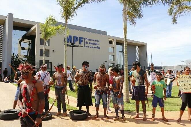 Lideranças indígenas protestam na porta do MPF na chegada de presidente da Funai