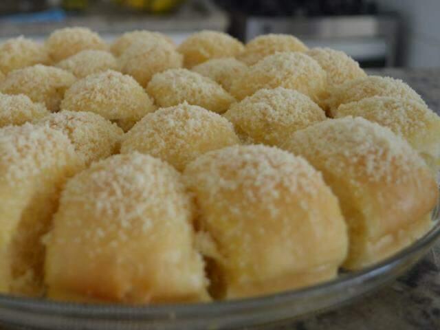"""Parece coco, mas o que finaliza a massa é queijo parmesão ralado! O """"tchan"""" do pão é a maciez da massa. (Foto: Thaís Pimenta)"""