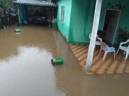 Rio sobe mais 30 cm e 40 famílias estão desabrigadas