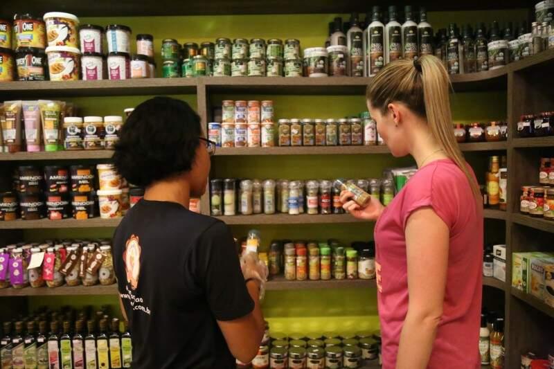 Funcionários são capacitados para ajudar o cliente a escolher entre centenas de produtos funcionais nas prateleiras. (Foto: Fernando Antunes)