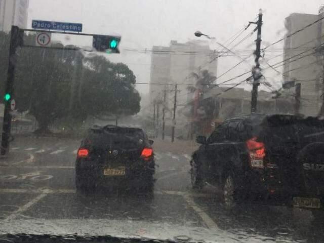Tempo chuvoso na região central de Campo Grande. (Foto: Guilherme Henri)