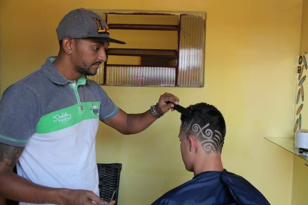 Barbeiro em ação. (Foto: João Paulo Gonçalves)
