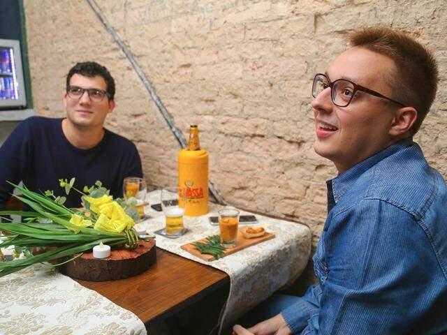 Lucas e Breno são fãs do programa que estimula os amigos a novas experiências culinárias. (Foto: Marcos Ermínio)