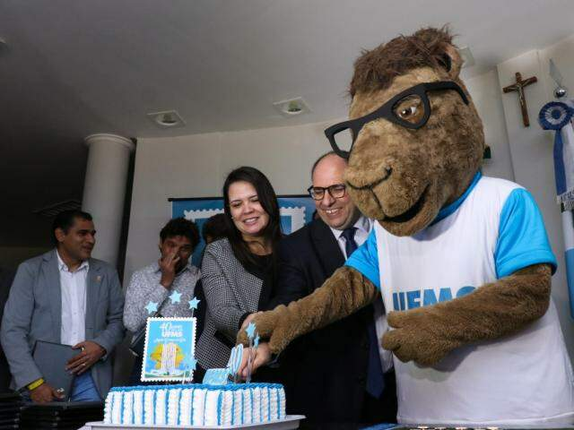 Aniversário de 40 anos da UFMS foi celebrado com bolo (Foto: Henrique Kawaminami)