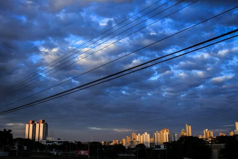 Em Campo Grande, o dia amanheceu com mínima de 21ºC. A máxima para prevista para hoje é de 33ºC. (Foto: Marina Pacheco)