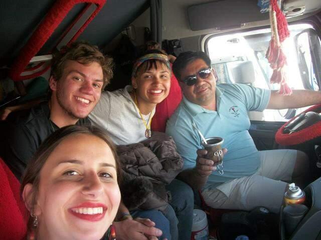 Nicole, Eduardo, Sol e o caminhoneiro que os levou até Porto Quijarro. (Foto: Acervo Pessoal)