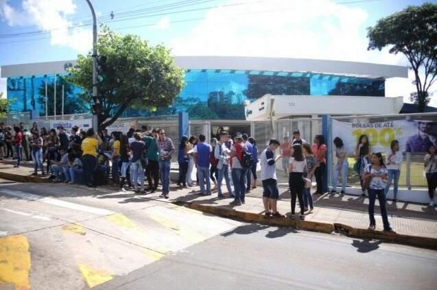 Estudantes em frente de uma das universidade onde foram aplicadas as provas do Enem 2018 (Foto: Paulo Francis)