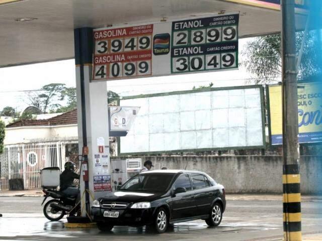 Carro abastece em posto de Campo Grande e, acima dele, placa indica o preço do etanol, que está dentro da margem pesquisada pela ANP ( Foto: Saul Schramm)