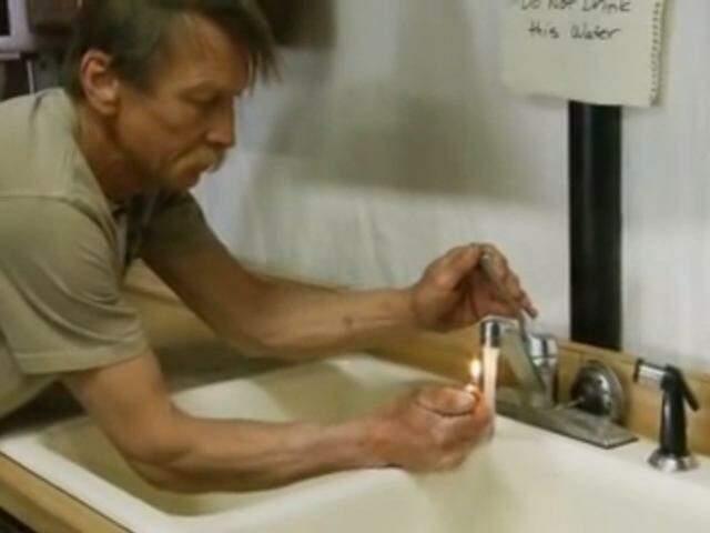 No documentário Gasland, morador demonstra como água potável contaminada por metano se incendeia (Foto: Reprodução/Gasland)
