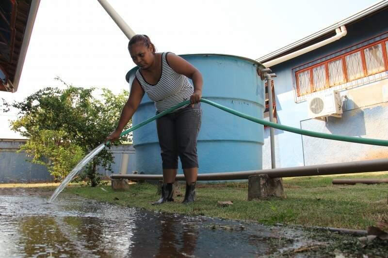 A limpeza da escola é feita com a água da chuva, que fica armazenada em duas cisternas. (Foto: Marcos Ermínio)