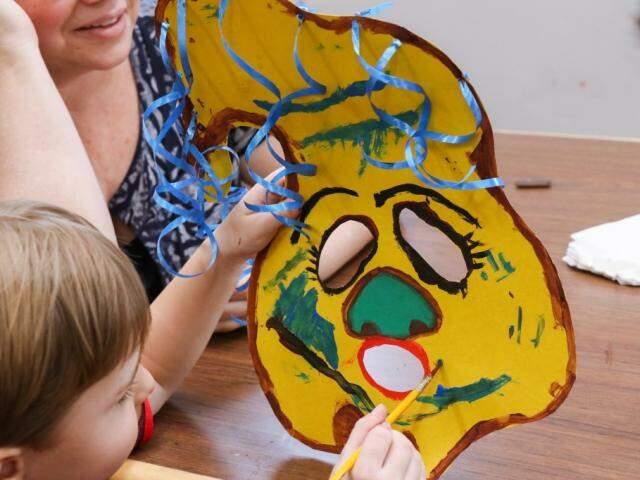 Vitor, de 4 anos, usou a imaginação e pintou sua primeira máscara sozinho (Foto: Henrique Kawaminami)