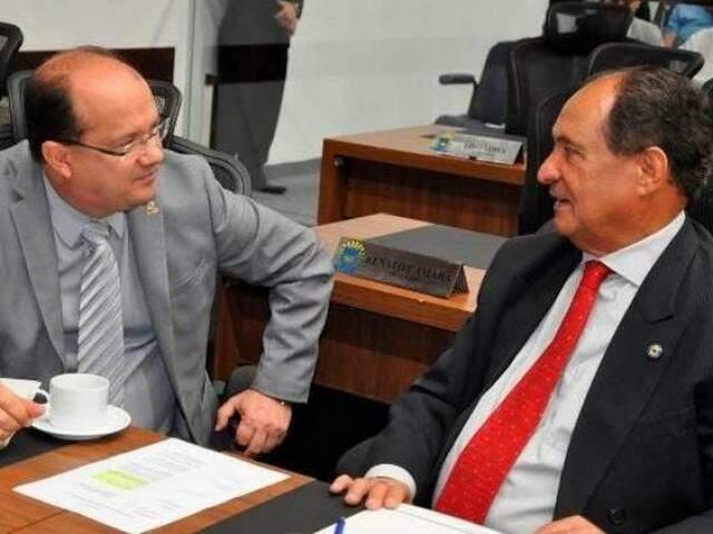 Deputados José Carlos Barbosa e Zé Teixeira, ambos do DEM, durante sessão (Foto: Divulgação/ALMS)