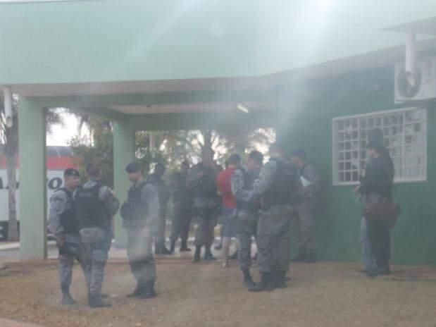 Policias do Batalhão de Choque em prédio de Chapadão do Sul. (Foto: Cesar Rodrigues/Chapadense News)