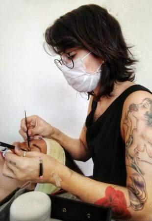 Daienny Lima durante o atendimento, realizando técnicas de designer de sobrancelha (Foto: Arquivo pessoal)