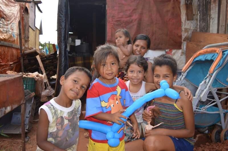 Na favela, quem chega com uma câmera na mão vira atração da criançada. (Foto: Adriano Fernandes)