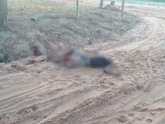 Corpo de vítima na esquina em que foi morta, em Coxim. (Foto: Edição:MS)