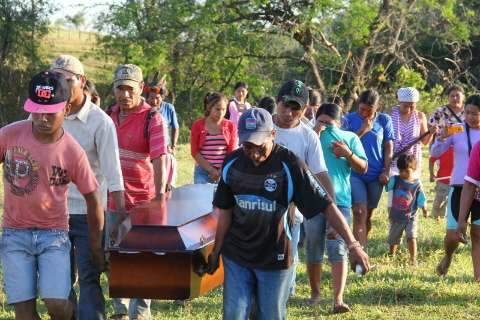 Sem PF e com gritos pedindo Justiça, índios enterram morto em conflito