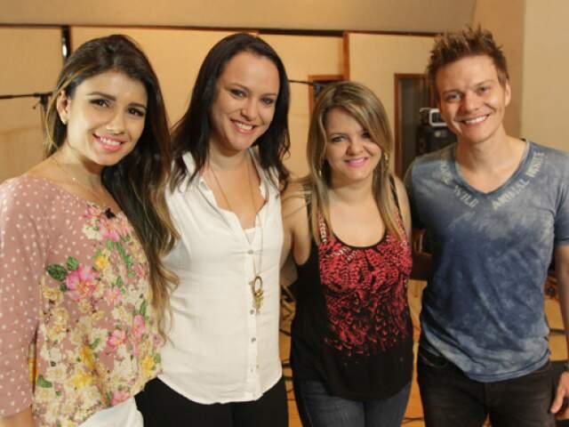 Patrícia e Adriana entre Michel e Paula Fernandes: nome da dupla foi registrado pelo irmão do cantor.