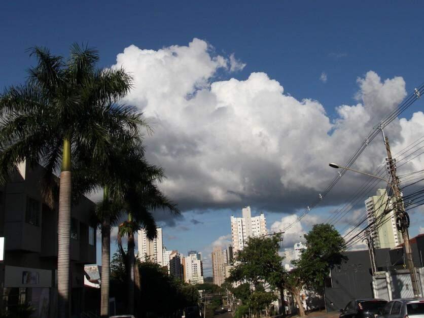 tarde de sol entre nuvens neste domingo, no Jardim dos Estados. (Foto: Saul Schramm)