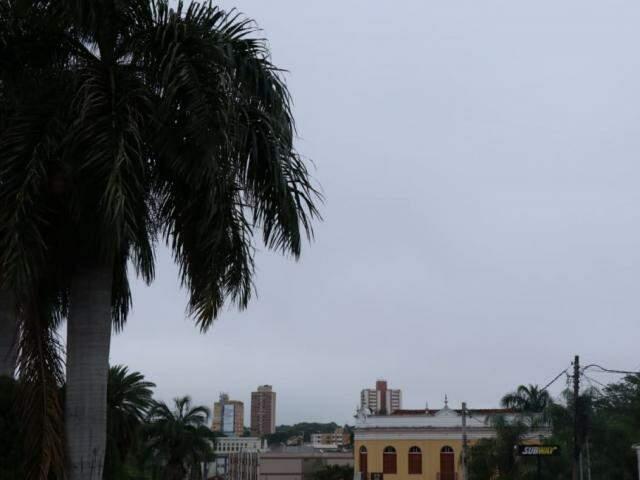 Céu nublado na manhã deste sábado em Campo Grande (Foto: Henrique Kawaminami)