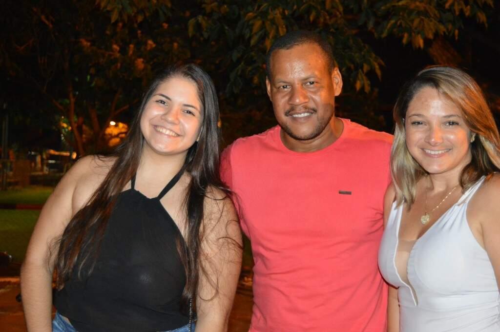 À esquerda, Isabela Ramos ao lado dos amigos, Leonardo Barbosa e Renata Santana (Foto: Alana Portela)