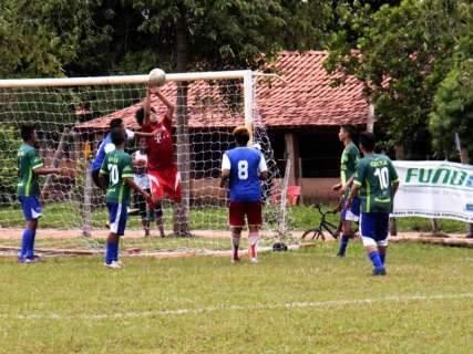 Reinaldo assiste futebol indígena e entrega kit esportivo em Miranda