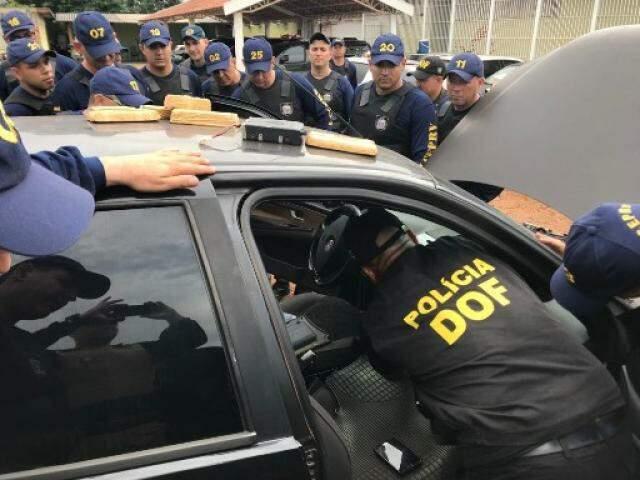 Policiais durante vistorias em veículo. (Foto: Divulgação/DOF)