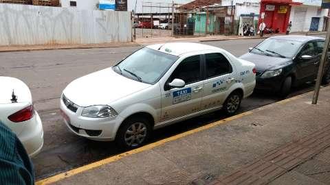 Caras de pau: taxistas são flagrados ocupando vaga de idoso no centro